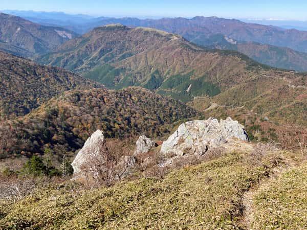 剣山の鶴石と亀石から山々を見渡す