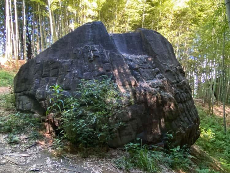 益田岩船を東側から見る